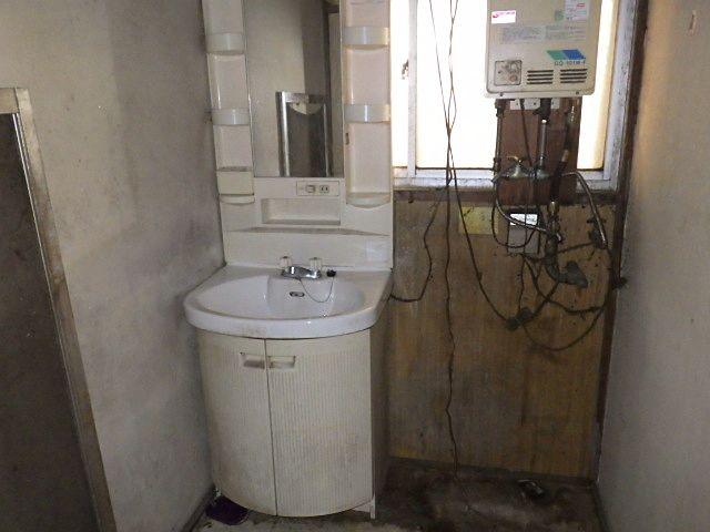 床も抜けた洗面室