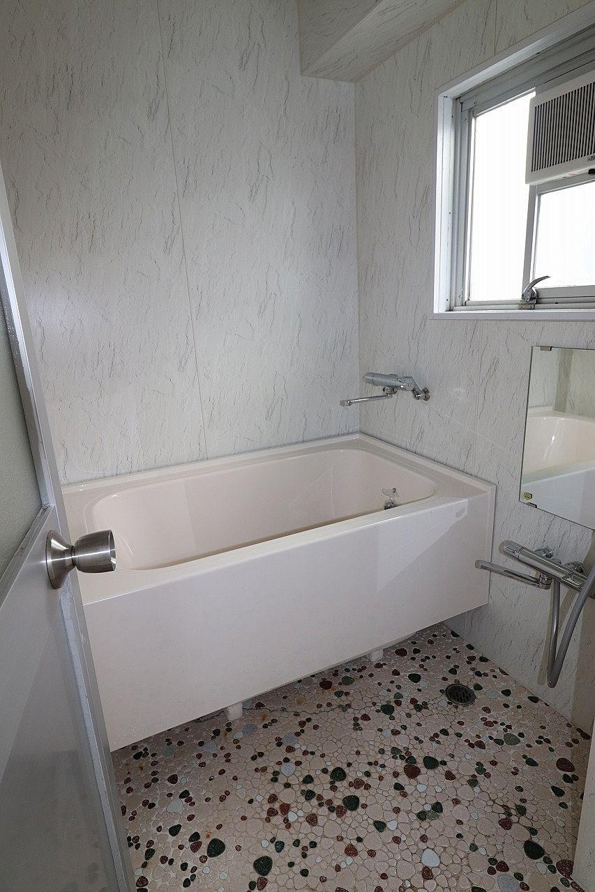 窓のある明るいバスルーム