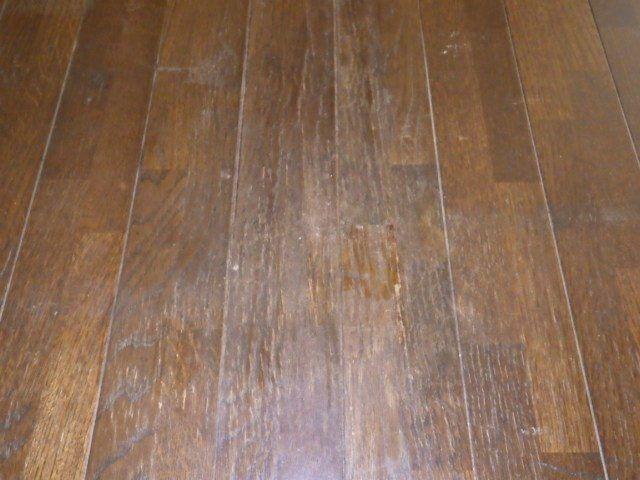 細かい無数の傷のある床