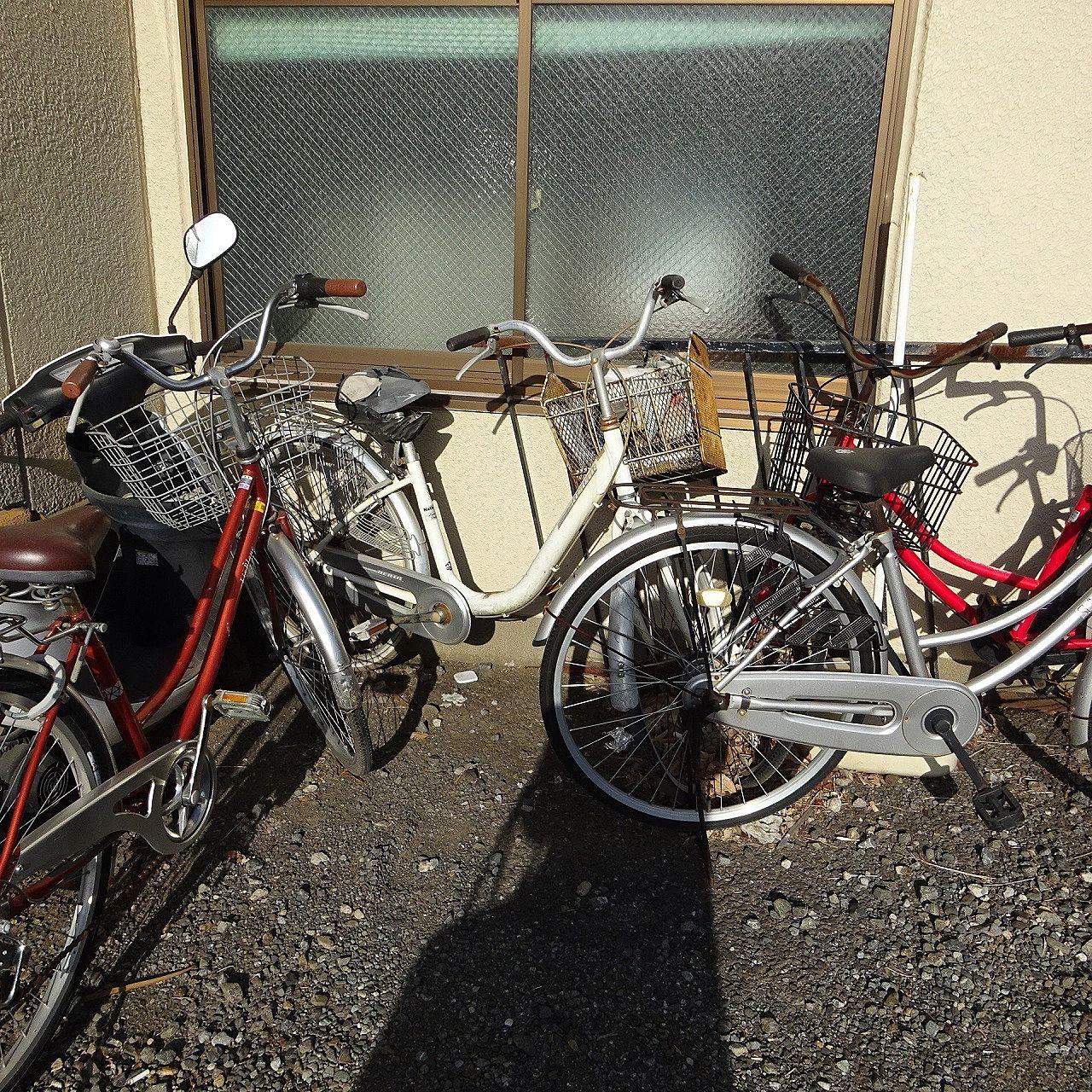 敷地内の放置自転車。撤去へ向けての地道な努力をしています。