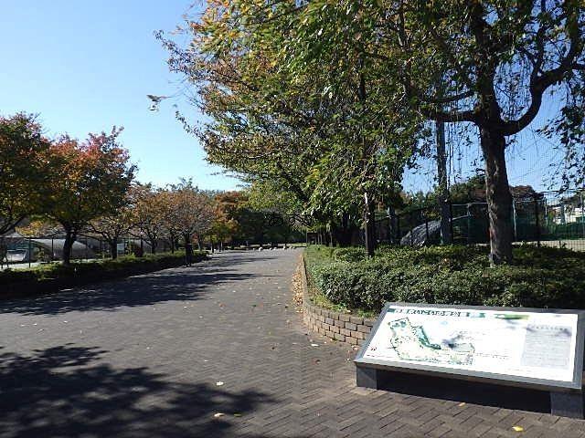バス通りから公園入口