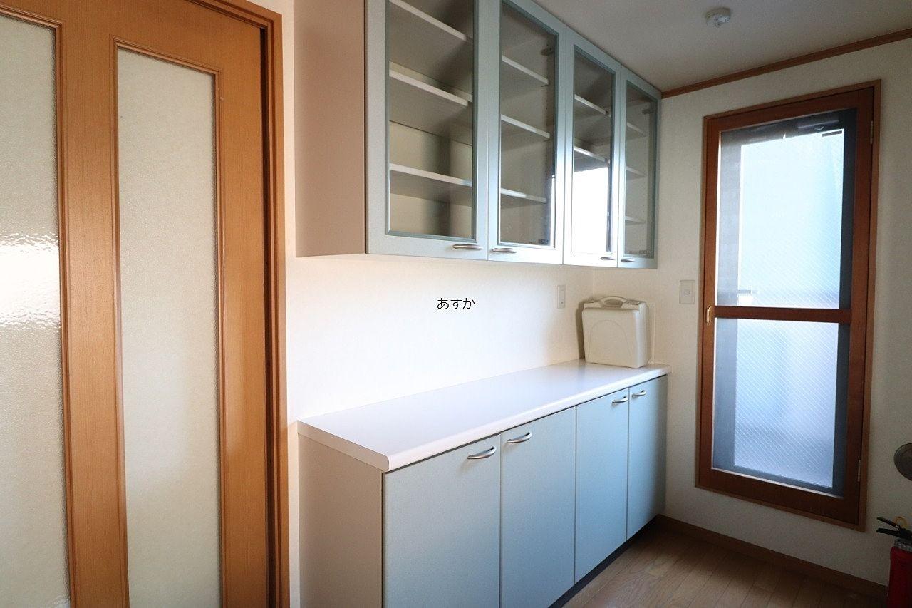 キッチン小物もたっぷりしまえる棚