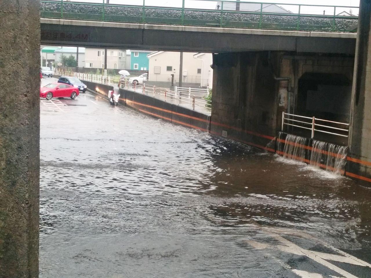 雨水が流れ込む道路