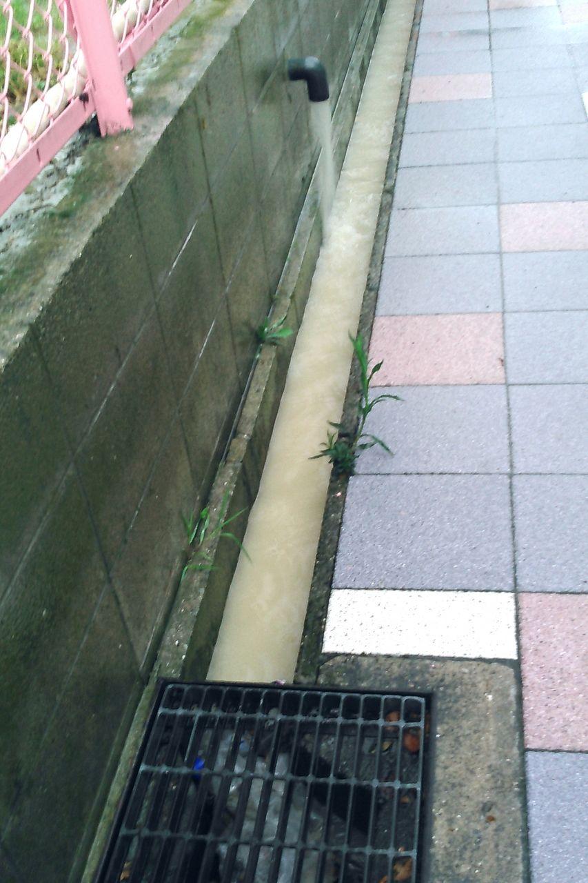 雨水の流れ込む側溝のようす
