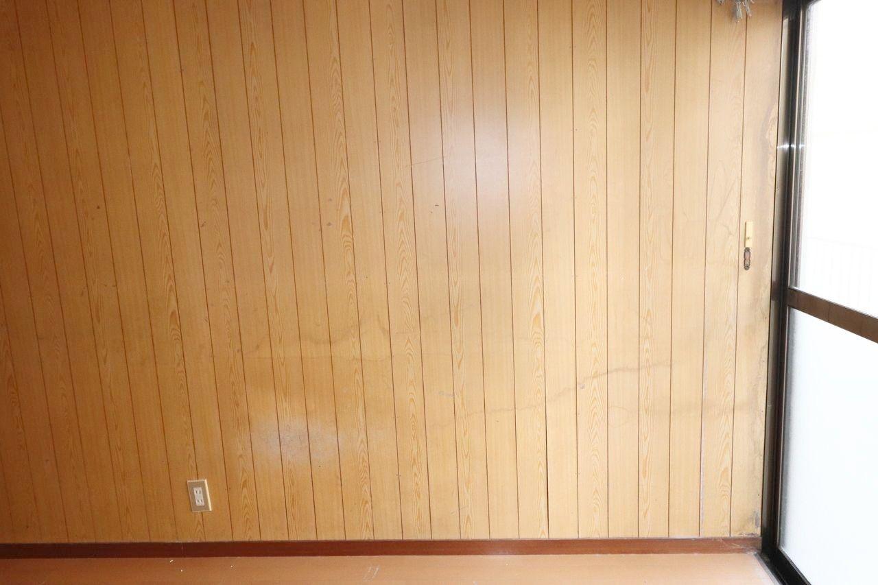 洋室は板張りで暗い感じがします