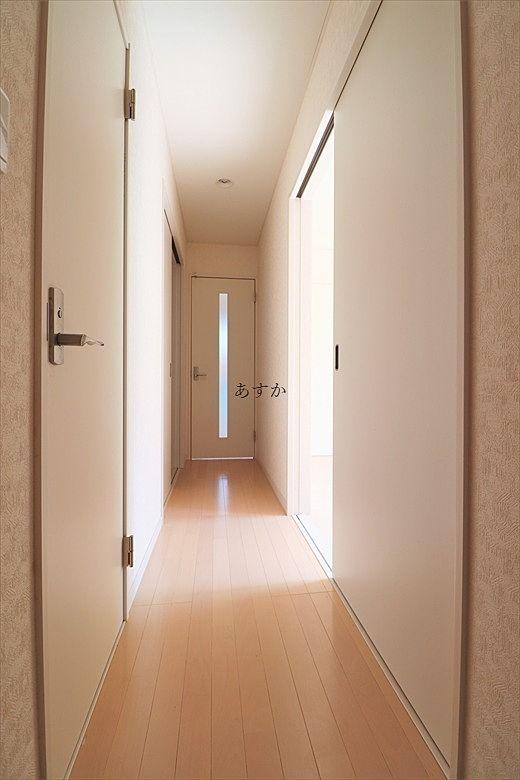 玄関からリビング、居室への廊下