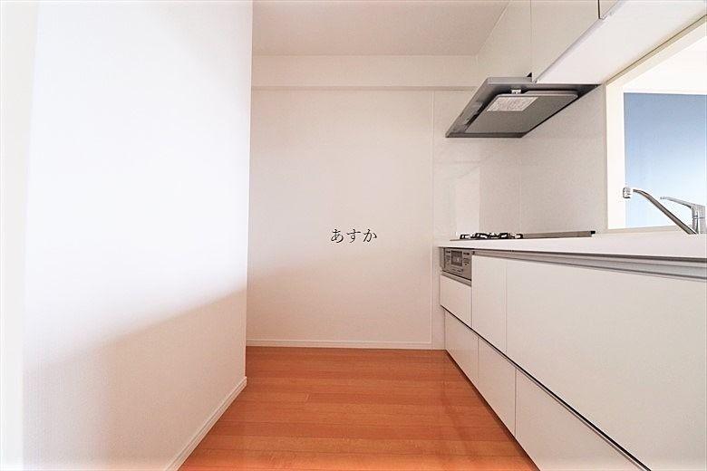 大型システムキッチンのあるキッチンスペース