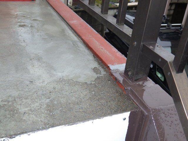 鉄部とコンクリト部分の隙間を埋めます。