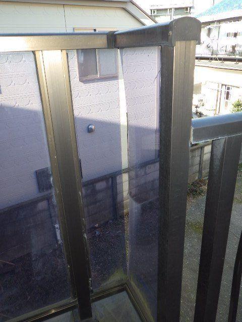 柱にはられた板も隙間があいている。