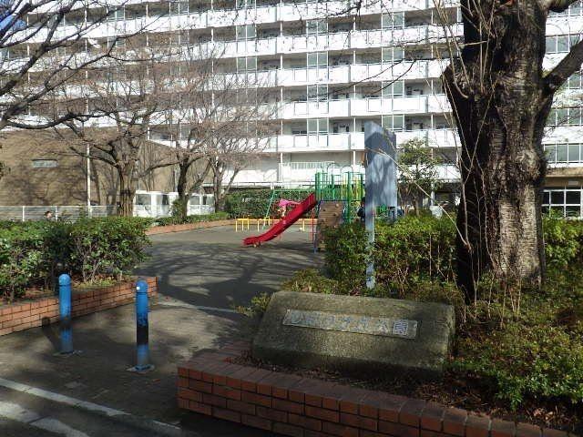 駅南口線路沿いを歩いてすぐ公園の入り口