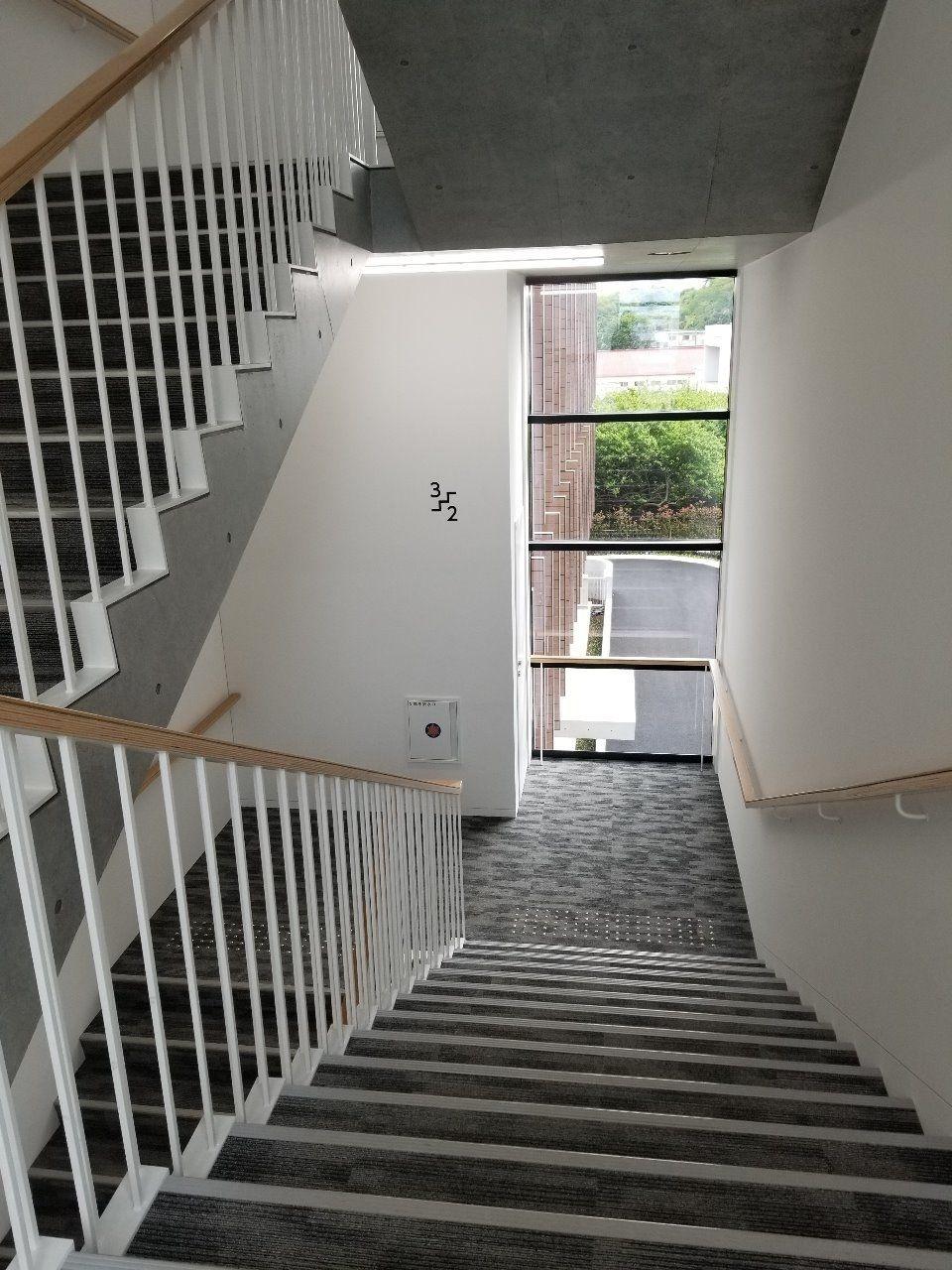 ゆったりとして明るい階段スペース
