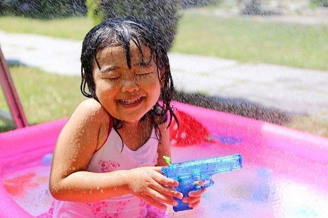 楽しく水遊びをする子供