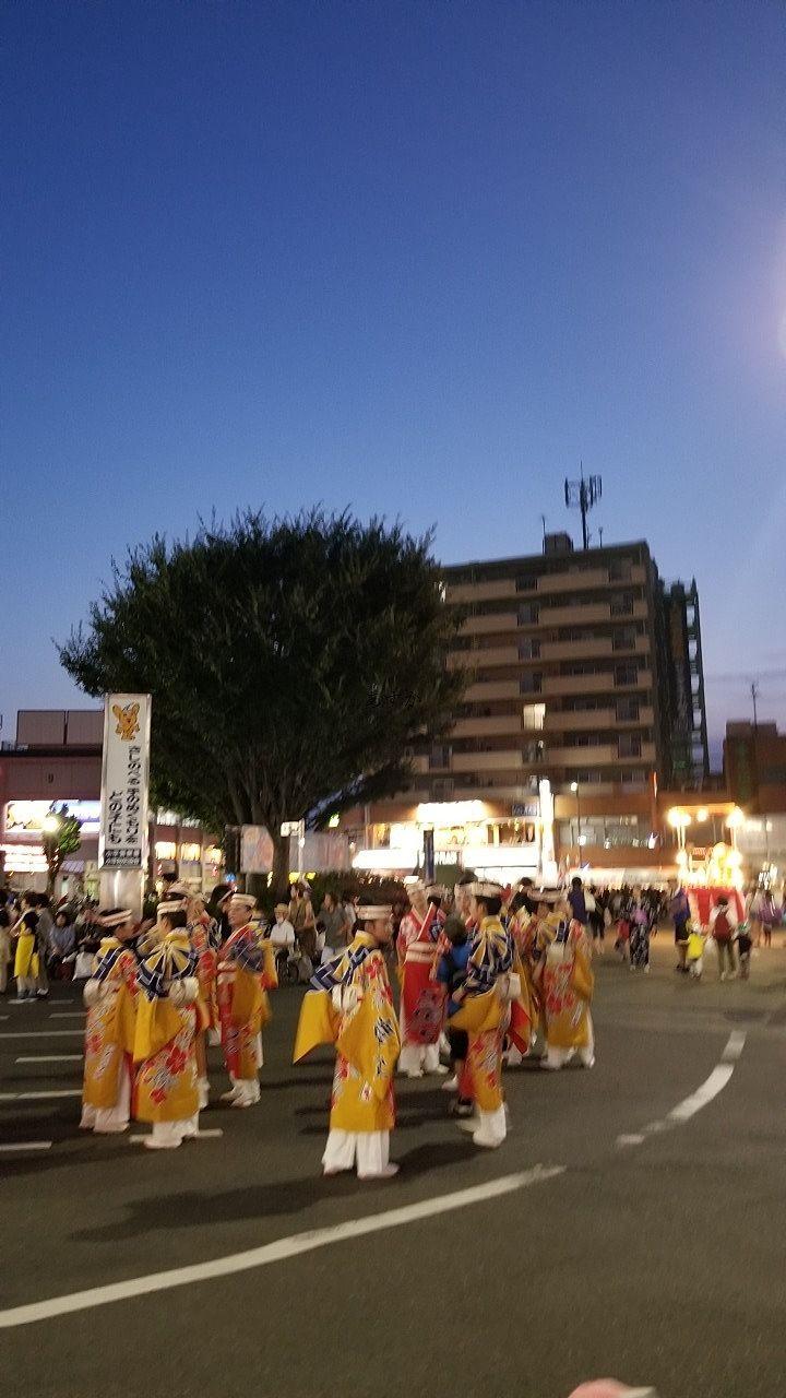 小平駅前の踊りに参加する人