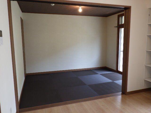 リビングから扉は引き込めるので広いリビングルームとして使用