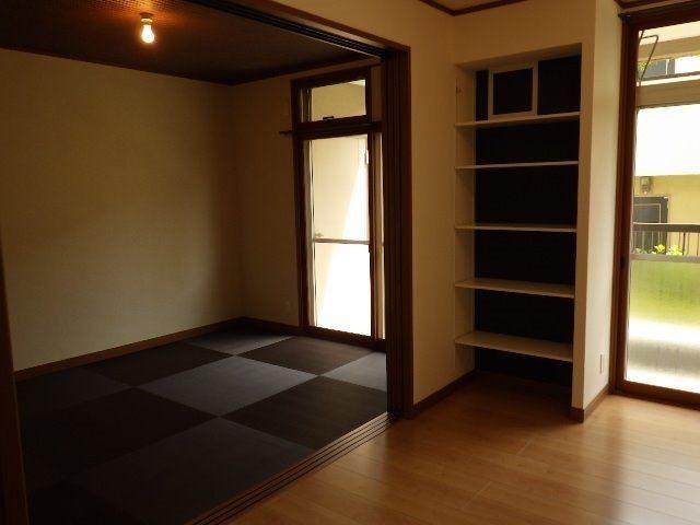 リビングから続きの畳ルーム、入口の収納棚