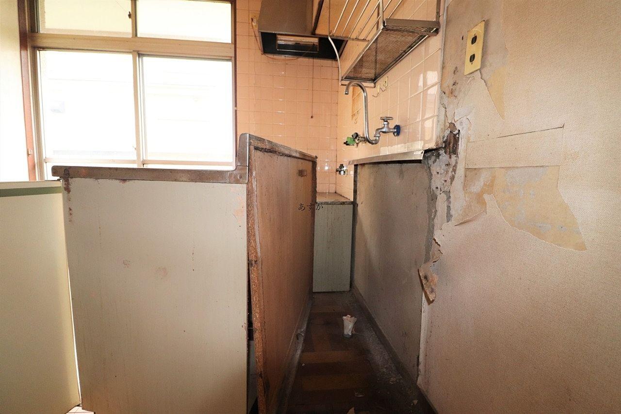 キッチンセットをどかした跡の壁の状態