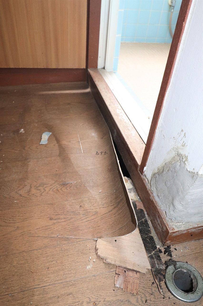 長い間の湿気により入り口の腐った風呂場