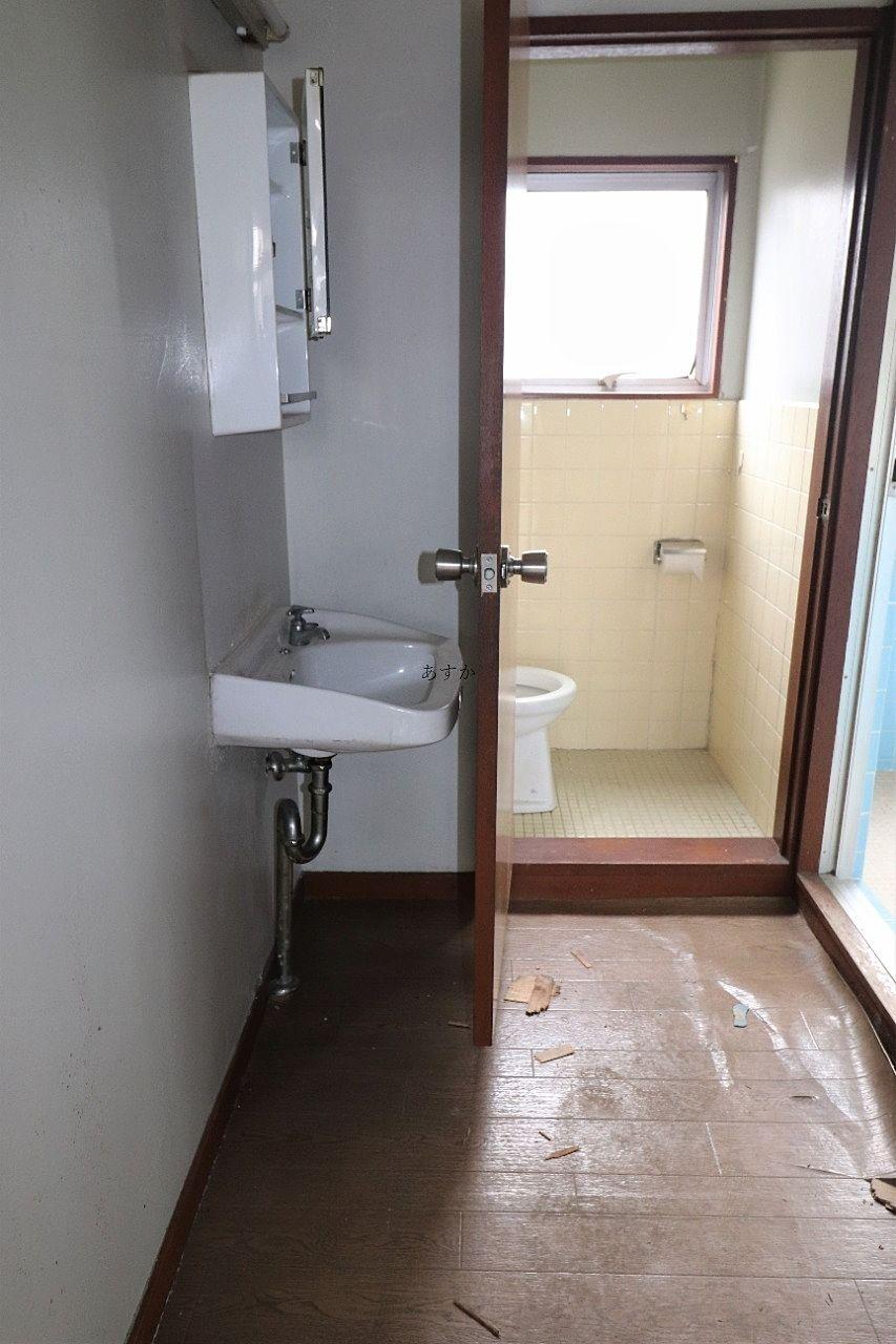 洗面台とトイレ入り口