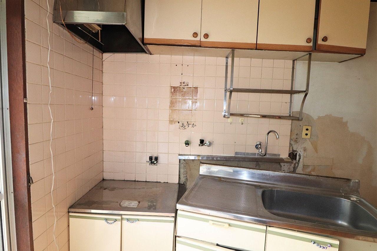 昔のキッチンセットも壊れています。