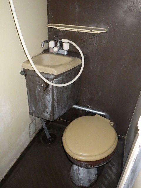 カビてひどい状態のトイレ
