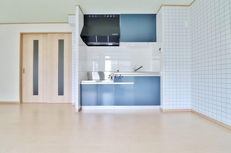 明るいブルーのキッチン