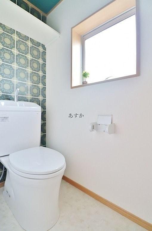 明るい窓のあるトイレ