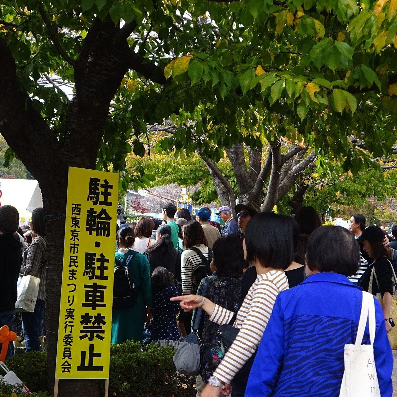 入口付近でシートを広げて食べる人もたくさんいます。