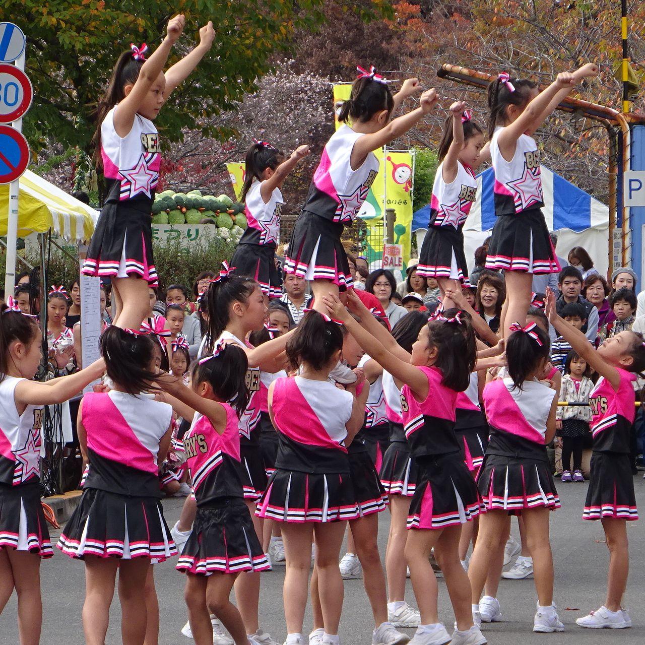 ストリートで行われるチアダンス