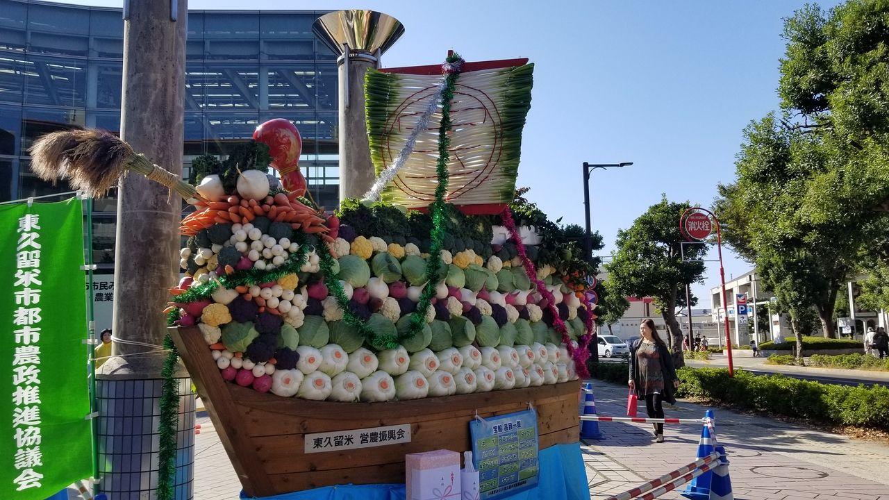 市民プラザ屋外広場に飾られた野菜のたからぶね