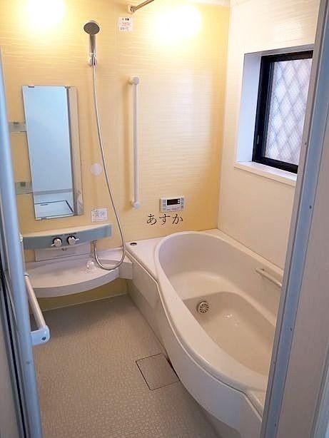 1坪タイプの大きなバスタブのあるバスルーム