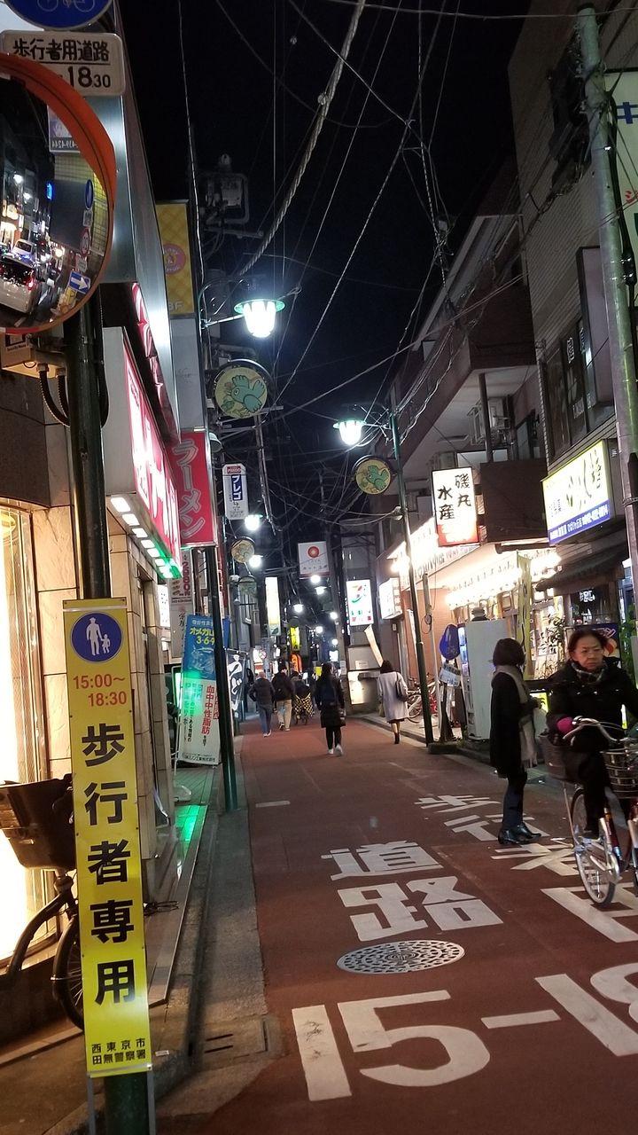 夕暮れ時の商店街