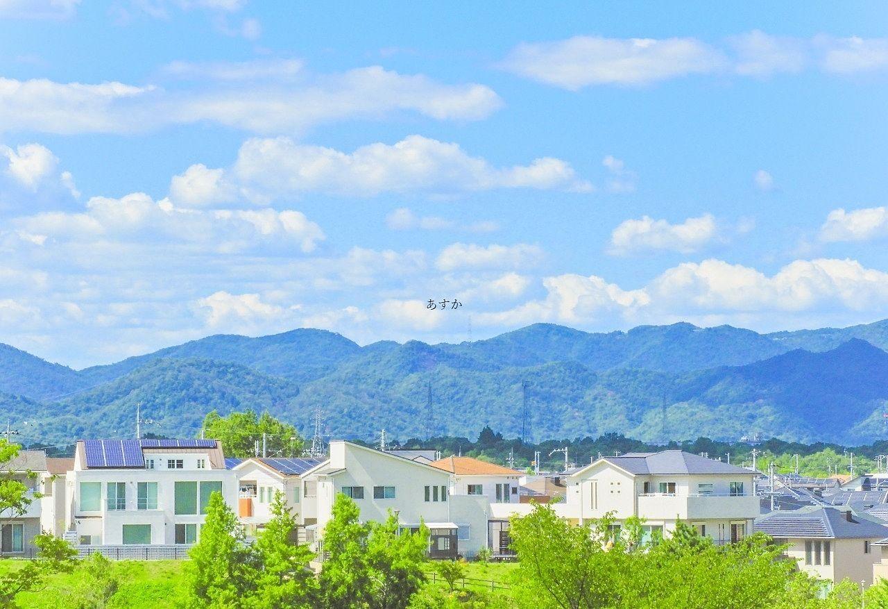 緑に囲まれた住宅地のイメージ