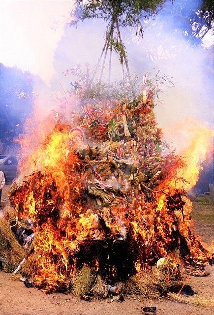 正月も終わり。天まで届くどんど焼きの炎