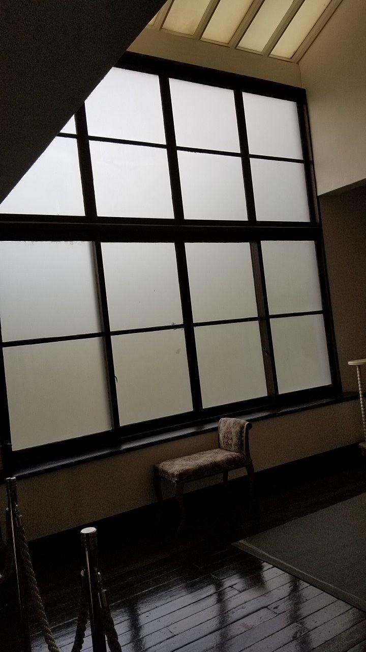外部からの光を取り入れられる高い窓
