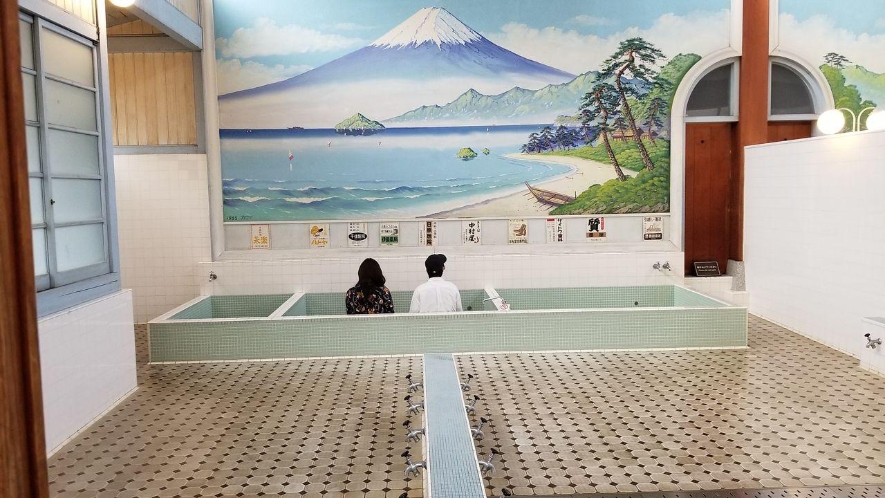 懐かしい銭湯の湯舟は人気の写真スポット