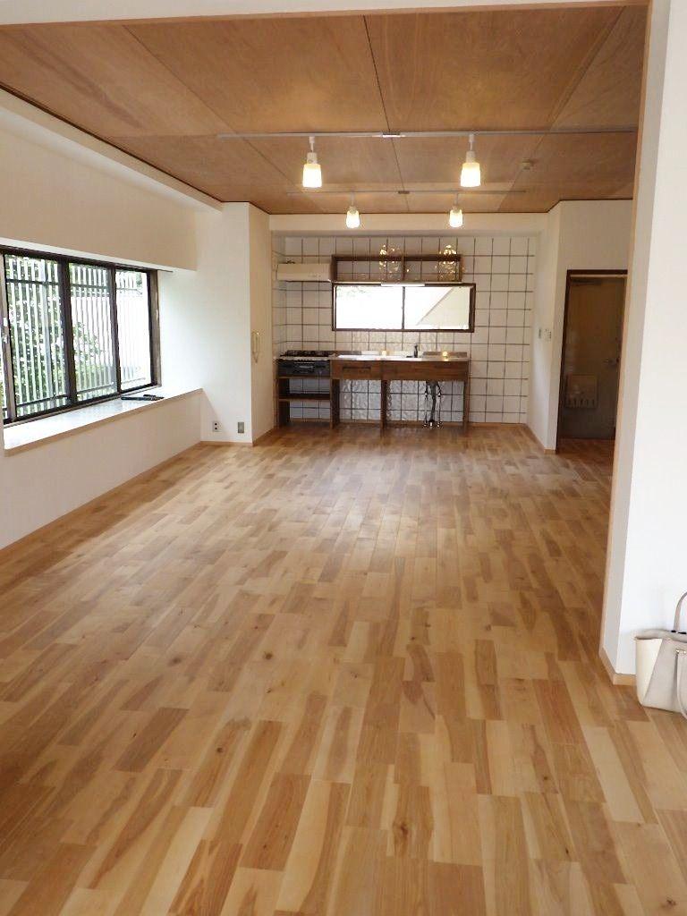 床は無垢材を貼って味のある空間で奥にキッチンが見えます。