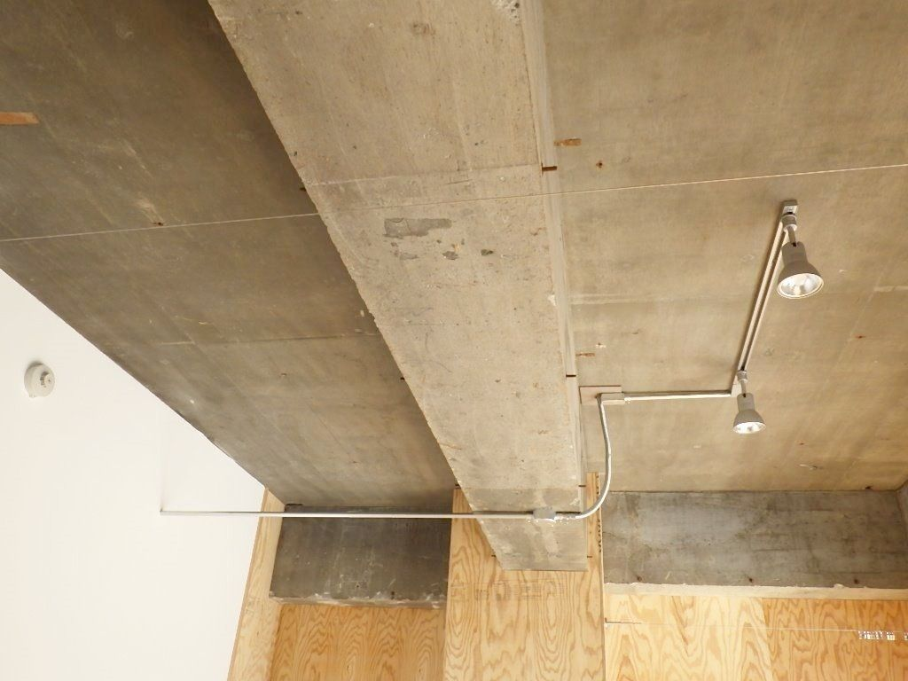 天井もそのまま、配管も見せます。