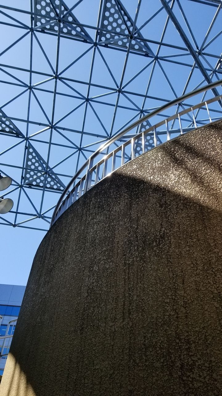 駅のロータリーから見上げるテラスの様子