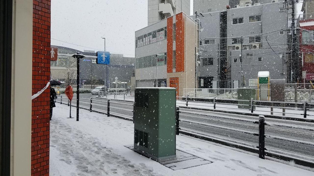 通りにも雪が積もっています。