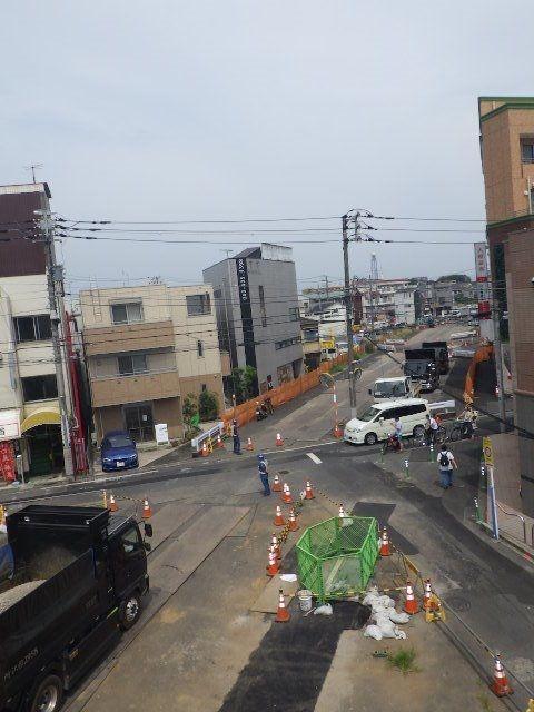 以前から通っていたバス通りへ広がった道路がつながる。
