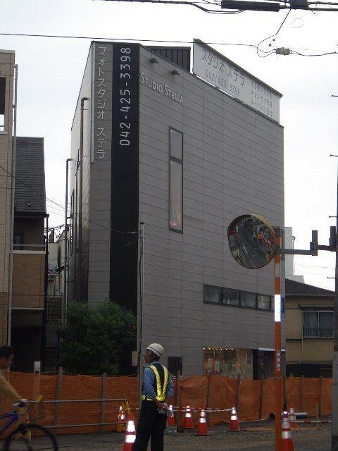 道路の提供した残りの三角地に立て直したビル