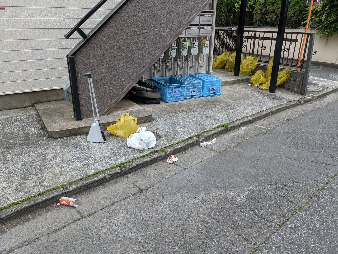 いくつものゴミが敷地内に捨てられている