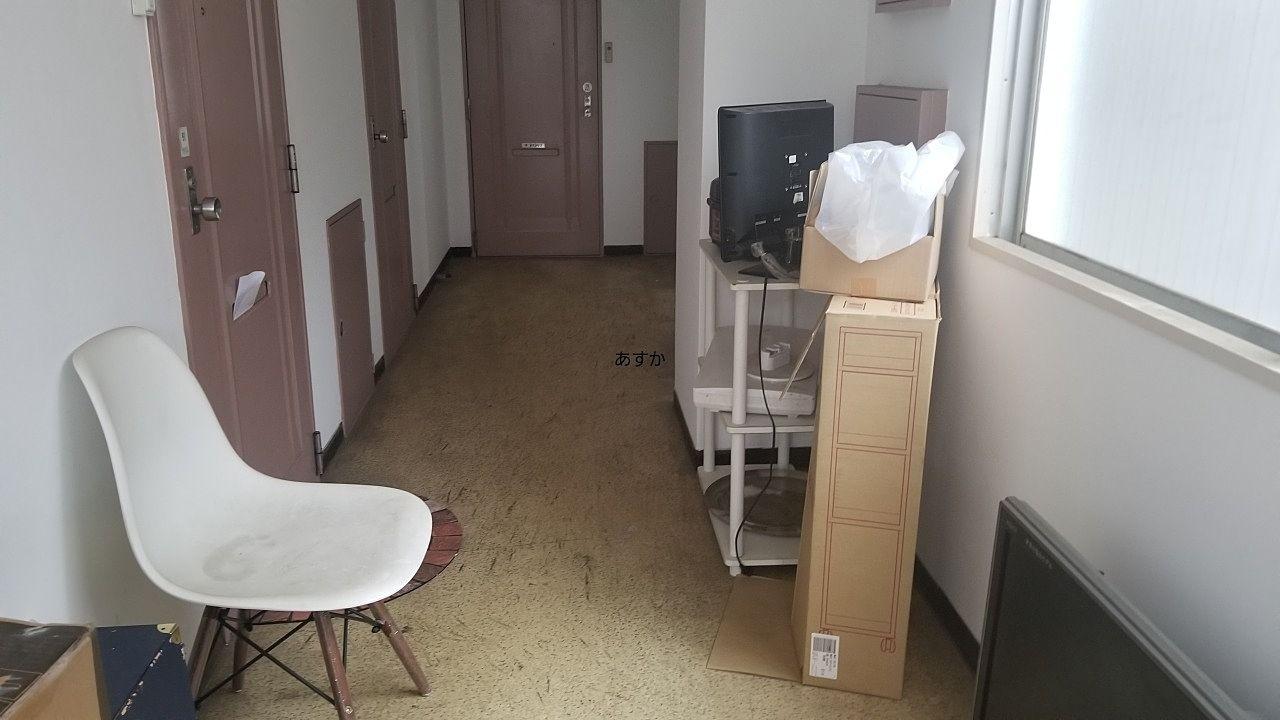 廊下に並べられた家具