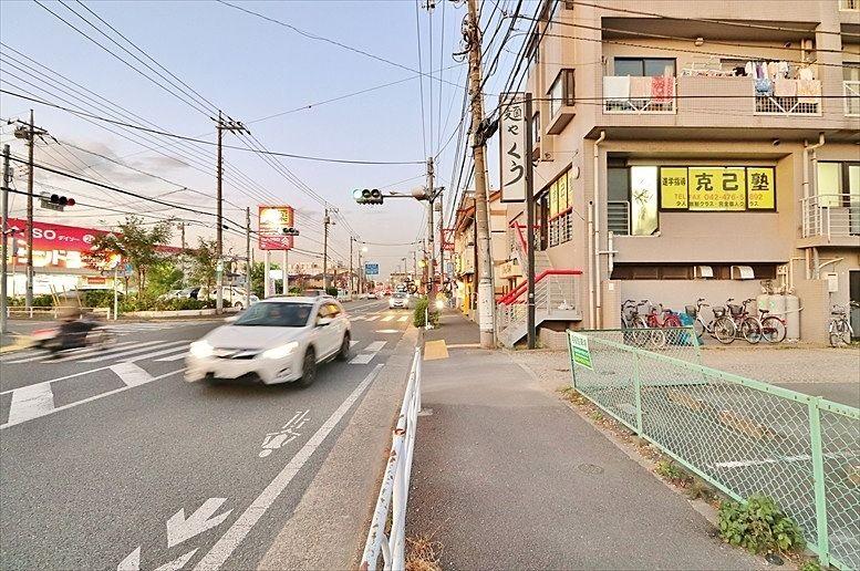 前面の小金井街道の様子