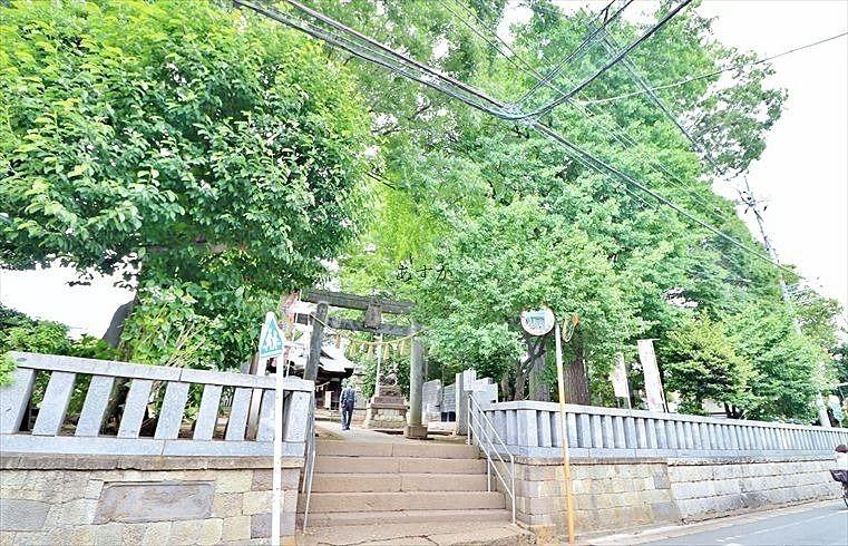 通りに出ると目の前にある神社