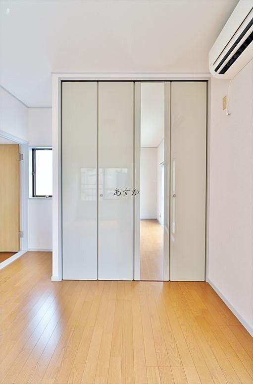 扉が鏡面使用のおしゃれなクローゼット