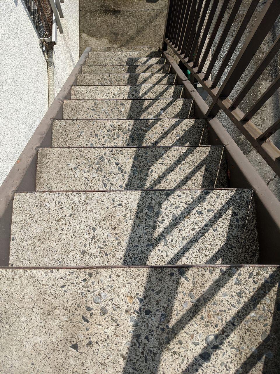 階段面もコンクリの白い色に変わります
