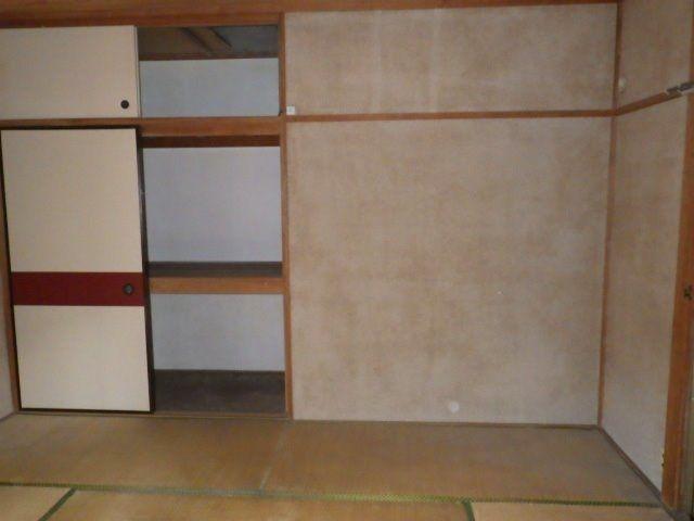 和室の壁は昔ながらの砂壁