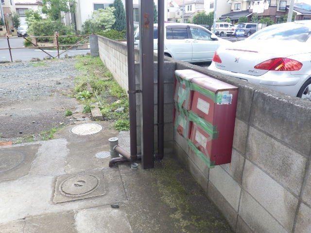 駐車場から入る入口にある壊れたポスト