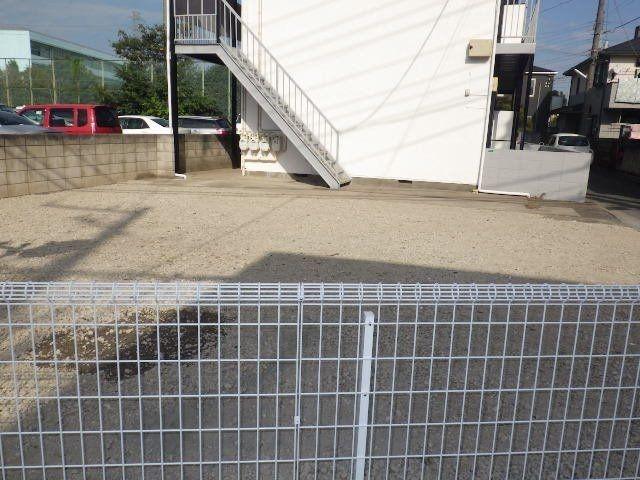 鉄パイプの柵は新しくフェンスになり入居者専用駐車場に